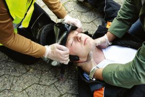 Erste Hilfe bei einem Motorradunfall: Der Helm muss runter.