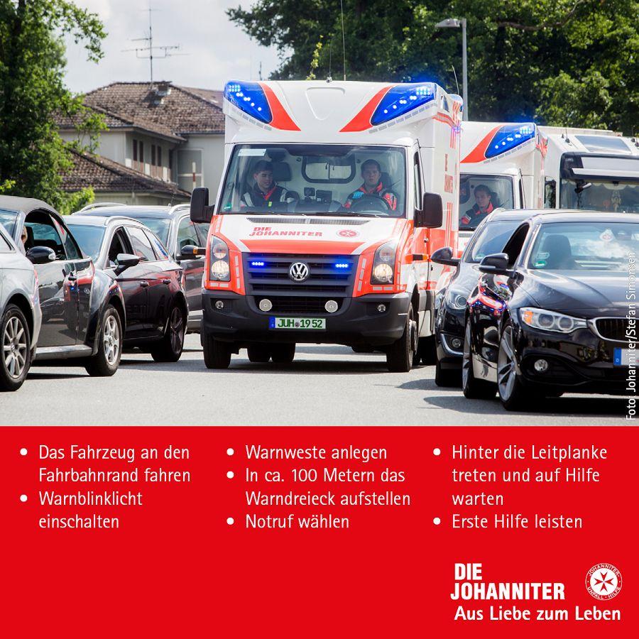 Rettungswagen kämpft sich durch die Rettungsgasse